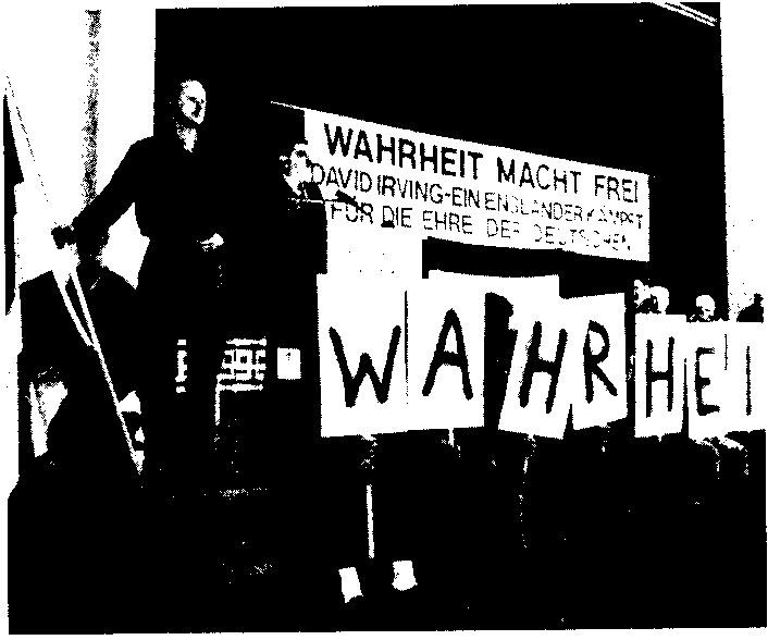 """Foto: Neo-Nazi-Veranstaltung mit David Irving als Redner 1990 in München Text des Transpas: \""""Wahrheit macht frei - David Irving - Ein Engländer kämpft für die Ehre der Deutschen\"""""""